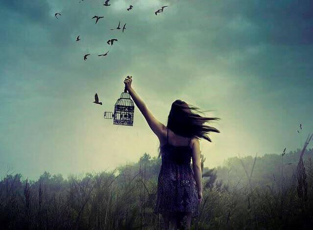Femme-laissant-s'enfuir-les-oiseaux-de-leur-cage-1