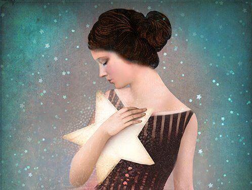 mujer-con-estrella-en-los-brazos