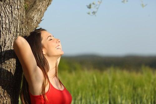Femme-heureuse-profitant-de-la-solitude