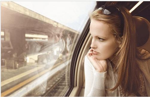 Femme-jeune-regardant-par-la-fenetre-du-train