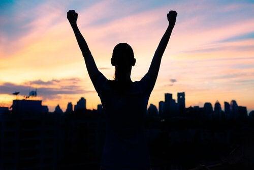Personne-a-succes-levant-les-mains