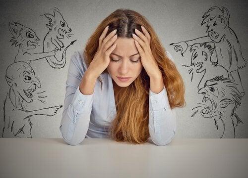 Juger les autres : une habitude fréquente chez les personnes frustrées