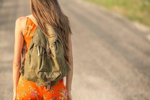 femme marchant sac a dos