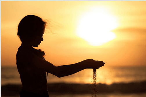 Enfant-avec-du-sable-dans-les-mains