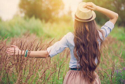 Femme-au-chapeau-marchant-sur-le-sentier
