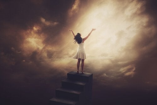 Femme-forte-en-haut-des-escaliers