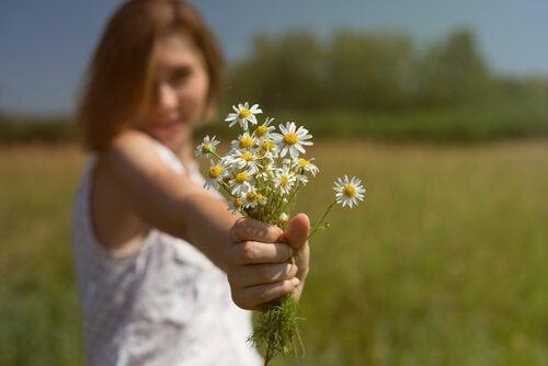 Femme-offrant-des-fleurs