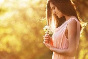 Femme-regardant-des-fleurs