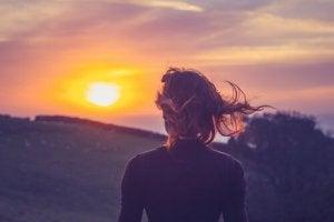 Femme-regardant-le-coucher-de-soleil
