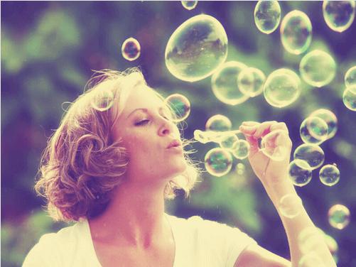 Femme-soufflant-sur-des-bulles
