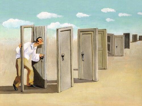 Homme-ouvrant-des-portes