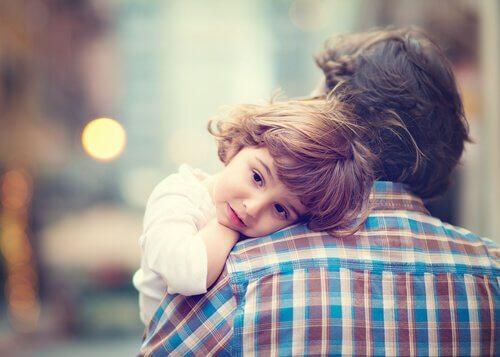 pere qui prend son enfant dans ses bras