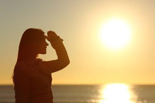 Silhouette-de-femme-regardant-l'horizon