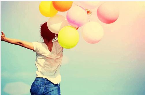 femme-ballons-heureuse