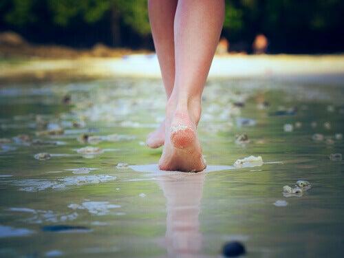 femme marchant sur l'eau