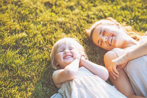 mere-fille-souriant-dans-l-herbe