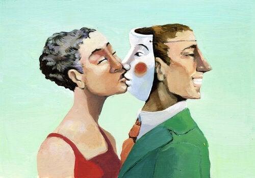 mujer-besando-careta-hombre