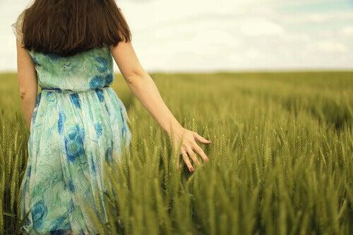 mujer-paseando-campo