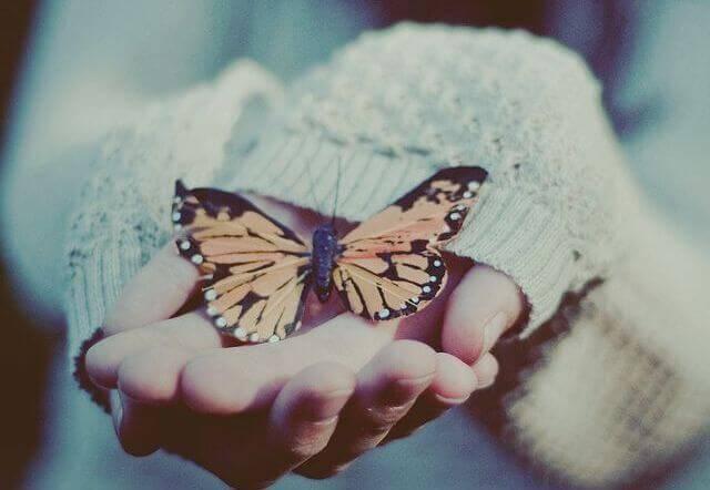 Femme-avec-papillon-dans-les-mains