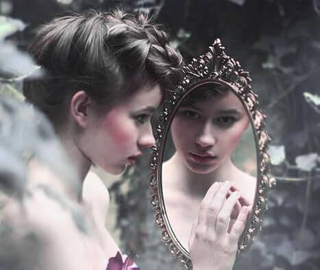 Jeune-se-regardant-dans-le-miroir