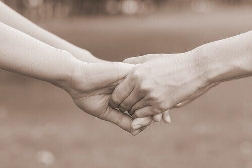Mains-de-personnes-qui-se-pardonnent