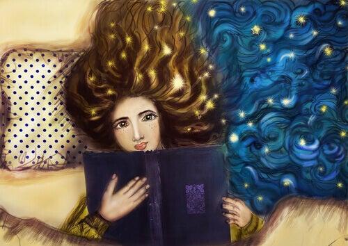 Mujer-con-un-libro-estudiando-por-placer-en-la-cama
