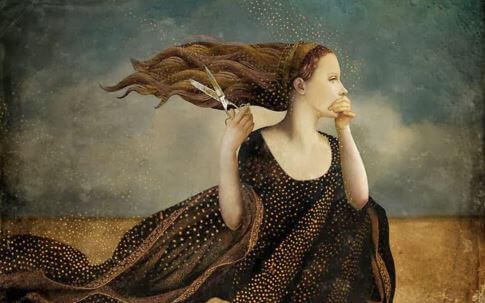femme avec des ciseaux