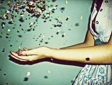 femme avec des confettis