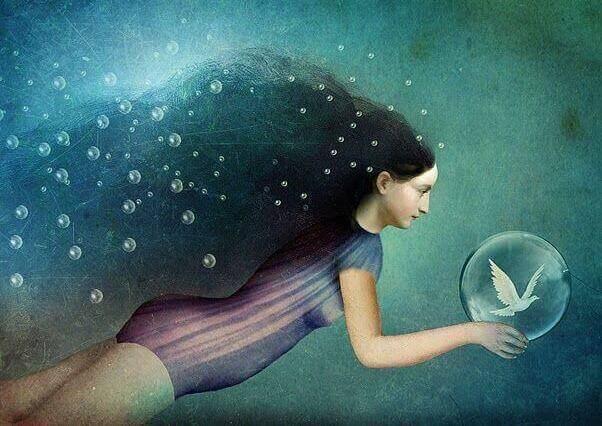 femme dans l'eau avec une bulle