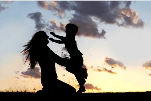 femme embrassant son fils