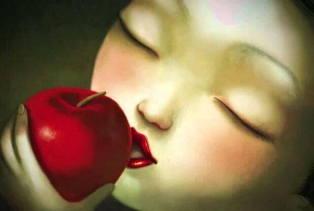 femme mordant une pomme