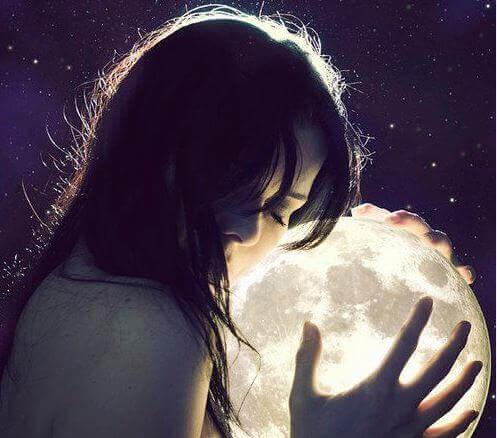 femme tenant la lune dans ses bras
