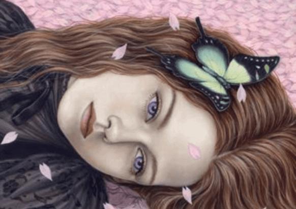 fille avec des papillons dans les cheveux