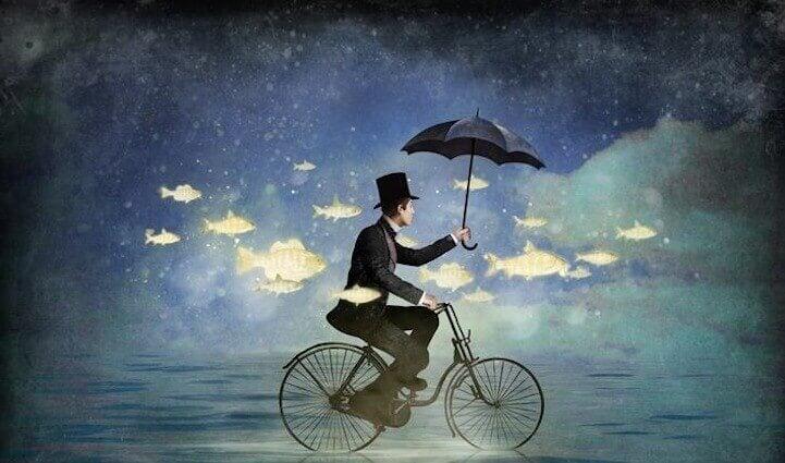 hombre-en-bicleta-rodeado-de-peces