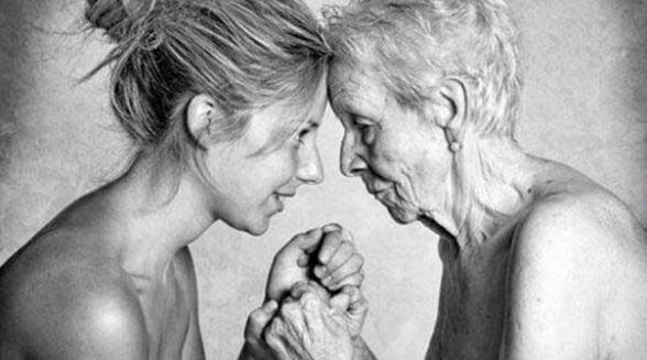 mere et fille se tenant par la main