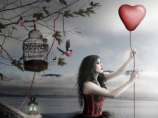 mujer-sujetando-un-glovo-en-forma-de-corazón