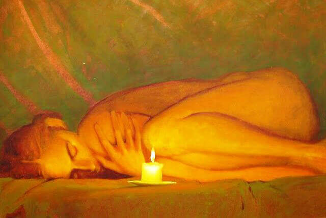 mujer-tumbada-frente-a-una-vela