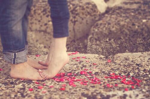 pieds d'une femme sur les pieds d'un homme