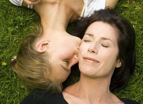 Adolescent-baiser-joue-mere