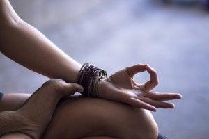 Bras-appuye-sur-jambe-de-femme-meditant