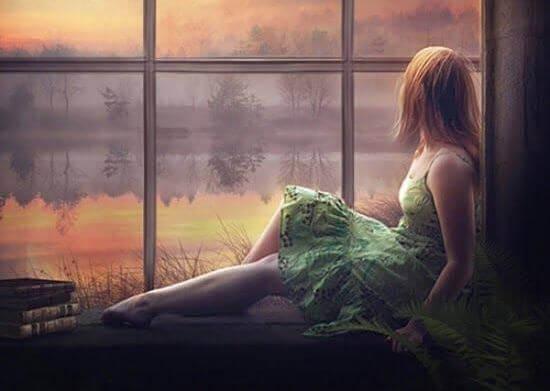 Femme-costume-vert-assise-a-la-fenetre
