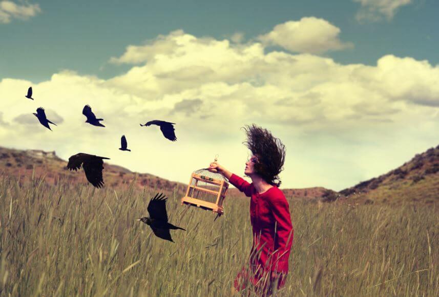 Femme-liberant-des-oiseaux-d'une-cage