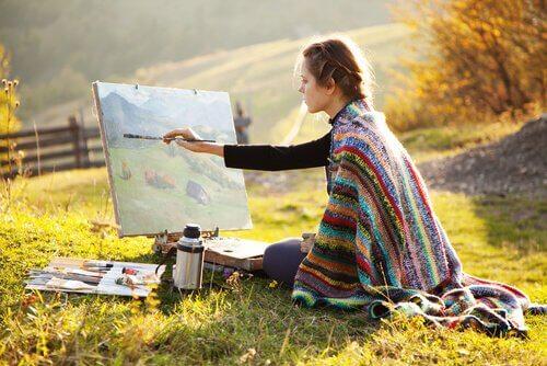 Femme-peignant-peinture-a-l'huile-dans-un-champ