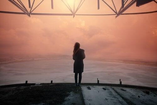 Femme-regardant-horizon
