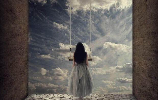 Femme-regardant-les-portes-du-ciel-pensant-au-poids-de-l'independance