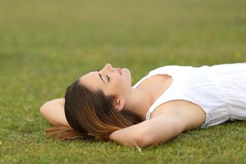 Femme-se-reposant-sur-la-pelouse