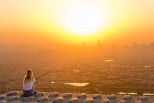Femme-solitaire-devant-le-coucher-du-soleil