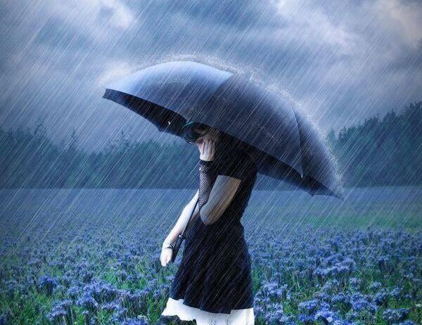 Fille-avec-parapluie-pensant-a-l'independance