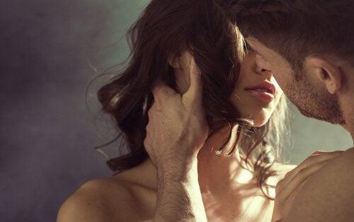 Hombre-besando-a-una-mujer