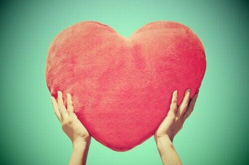 Main-soutenant-un-coeur